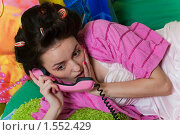 Купить «Девушка с розовым телефоном», фото № 1552429, снято 1 февраля 2010 г. (c) Лагутин Сергей / Фотобанк Лори