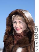 Купить «Милая девушка в красивой меховой шубе», фото № 1557257, снято 23 февраля 2010 г. (c) Антон Корнилов / Фотобанк Лори