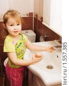 Купить «Маленькая девочка моет руки», фото № 1557385, снято 9 марта 2010 г. (c) Воронин Владимир Сергеевич / Фотобанк Лори
