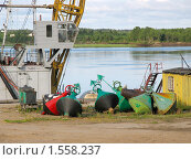 Разноцветные бакены на берегу реки. Стоковое фото, фотограф Тамара Заводскова / Фотобанк Лори