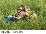 Купить «Пара среднего возраста в зеленой траве с гитарой», фото № 1559897, снято 28 июня 2009 г. (c) Иван Бондаренко / Фотобанк Лори