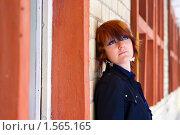 Купить «Девушка смотрит вверх, прислонившись к стене», фото № 1565165, снято 4 февраля 2010 г. (c) Анна Лурье / Фотобанк Лори