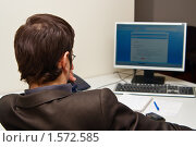 Купить «Бизнесмен смотрит на экран монитора», фото № 1572585, снято 26 января 2010 г. (c) Анна Лурье / Фотобанк Лори