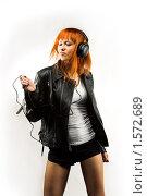 Девушка любит музыку, рок-фанатка. Стоковое фото, фотограф Юлия Колтырина / Фотобанк Лори