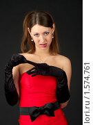 Купить «Соблазнительная девушка в вечернем наряде снимает перчатку», фото № 1574761, снято 13 декабря 2018 г. (c) Николай Михальченко / Фотобанк Лори