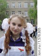 Купить «Последний звонок. Портрет выпускницы на фоне школы», фото № 1578805, снято 20 мая 2006 г. (c) Светлана Кузнецова / Фотобанк Лори