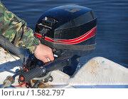 Управление подвесным лодочным мотором (2009 год). Редакционное фото, фотограф Алёшина Оксана / Фотобанк Лори