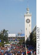 Сочи. Площадь у железнодорожного вокзала, вид сверху (2010 год). Редакционное фото, фотограф Анна Мартынова / Фотобанк Лори