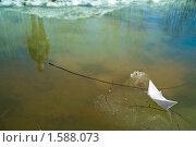 Купить «Бумажный кораблик в ручье», фото № 1588073, снято 28 марта 2010 г. (c) Сергей Чистяков / Фотобанк Лори