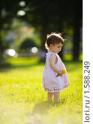 Купить «Маленькая девочка на прогулке», фото № 1588249, снято 11 июля 2009 г. (c) Ольга Сапегина / Фотобанк Лори