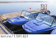Купить «Лодки и катер у понтона на реке», эксклюзивное фото № 1591821, снято 13 апреля 2009 г. (c) Алёшина Оксана / Фотобанк Лори