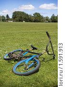 Старый брошенный велосипед лежит на траве. Стоковое фото, фотограф NataMint / Фотобанк Лори