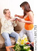 Беременная с подругой разговаривают на диване. Стоковое фото, фотограф Vdovina Elena / Фотобанк Лори