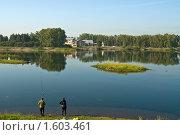 Купить «Рыбаки на берегу Ангары», фото № 1603461, снято 21 августа 2009 г. (c) Борис Иванов / Фотобанк Лори