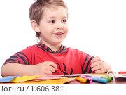 Купить «Мальчик рисует фломастерами», фото № 1606381, снято 30 марта 2010 г. (c) Майя Крученкова / Фотобанк Лори