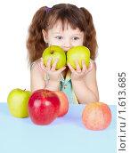 Купить «Ребенок держит в руках два зеленых спелых яблока», фото № 1613685, снято 12 марта 2010 г. (c) pzAxe / Фотобанк Лори