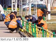 Рабочие-гастарбайтеры ведут покрасочные работы (2010 год). Редакционное фото, фотограф Сергей Лаврентьев / Фотобанк Лори