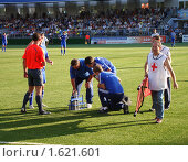 Оказание медицинской помощи футболисту (2009 год). Редакционное фото, фотограф Юлия Жмачинская / Фотобанк Лори