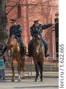 Купить «Конная милиция в Александровском саду», фото № 1622665, снято 11 апреля 2010 г. (c) Михаил Борсов / Фотобанк Лори