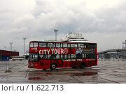 Купить «Экскурсионный автобус в порту ждет туристов», фото № 1622713, снято 12 августа 2009 г. (c) Маргарита Герм / Фотобанк Лори