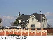 Купить «Белый кирпичный коттедж за красным забором», фото № 1623929, снято 11 апреля 2010 г. (c) Валентина Троль / Фотобанк Лори