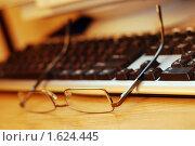 Очки лежащие на клавиатуре. Стоковое фото, фотограф Александр Букша / Фотобанк Лори