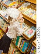 Купить «Девочка в школьной библиотеке выбирает книгу», фото № 1625565, снято 13 апреля 2010 г. (c) Типляшина Евгения / Фотобанк Лори