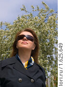 Купить «Девушка на фоне цветов», фото № 1625649, снято 24 мая 2009 г. (c) Александр Рябов / Фотобанк Лори