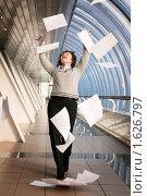Купить «Девушка в офисе, беспечно разбрасывающая бумаги», фото № 1626797, снято 15 ноября 2008 г. (c) Дмитрий Яковлев / Фотобанк Лори