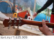 Гриф гитары на фоне палаточного городка. Стоковое фото, фотограф Гаянэ Григорян / Фотобанк Лори