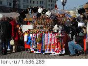 Купить «Уличная торговля игрушками и сувенирами. Проезд Воскресенские ворота.  Москва», эксклюзивное фото № 1636289, снято 11 апреля 2010 г. (c) lana1501 / Фотобанк Лори
