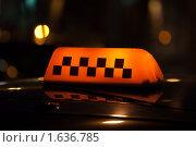 Купить «Знак такси на крыше автомобиля - черные шашечки на желтом фоне среди огней ночного города», фото № 1636785, снято 8 апреля 2010 г. (c) Илья Андриянов / Фотобанк Лори