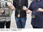 Купить «Подростки с игрушками йо-йо», фото № 1642777, снято 3 октября 2009 г. (c) Losevsky Pavel / Фотобанк Лори