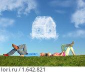 Купить «Пара лежит на траве и мечтает о доме», фото № 1642821, снято 14 октября 2018 г. (c) Losevsky Pavel / Фотобанк Лори