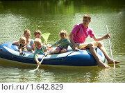 Купить «Молодая семья с детьми в надувной лодке», фото № 1642829, снято 14 июня 2009 г. (c) Losevsky Pavel / Фотобанк Лори