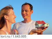 Купить «Молодые женщина и мужчина держат в руках модель дома», фото № 1643005, снято 11 июля 2009 г. (c) Losevsky Pavel / Фотобанк Лори