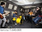 Купить «Репетиция рок-группы», фото № 1643069, снято 26 октября 2009 г. (c) Losevsky Pavel / Фотобанк Лори
