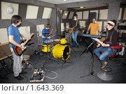 Купить «Репетиция рок-группы», фото № 1643369, снято 26 октября 2009 г. (c) Losevsky Pavel / Фотобанк Лори