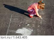 Купить «Девочка рисует мелками на асфальте», фото № 1643405, снято 4 сентября 2009 г. (c) Losevsky Pavel / Фотобанк Лори