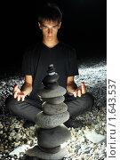 Купить «Подросток медитирует на берегу моря», фото № 1643537, снято 9 июля 2009 г. (c) Losevsky Pavel / Фотобанк Лори
