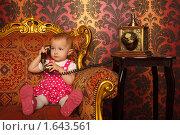 Купить «Маленькая девочка с телефоном в стиле ретро», фото № 1643561, снято 10 ноября 2009 г. (c) Losevsky Pavel / Фотобанк Лори