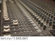 Купить «Музыкальный микшер», фото № 1643661, снято 26 октября 2009 г. (c) Losevsky Pavel / Фотобанк Лори