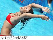 Купить «Веселая женщина в бассейне», фото № 1643733, снято 10 июля 2009 г. (c) Losevsky Pavel / Фотобанк Лори