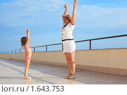 Купить «Бабушка с внучкой делают упражнения на набережной», фото № 1643753, снято 8 июля 2009 г. (c) Losevsky Pavel / Фотобанк Лори