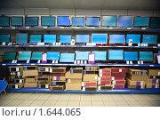 Стеллаж с жидкокристаллическими телевизорами и мониторами в магазине электроники. Стоковое фото, фотограф Losevsky Pavel / Фотобанк Лори