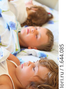 Купить «Трое  детей спят в одной кровати», фото № 1644085, снято 11 июля 2009 г. (c) Losevsky Pavel / Фотобанк Лори