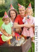 Купить «Счастливая семья отмечает день рождения на природе», фото № 1644713, снято 1 августа 2009 г. (c) Losevsky Pavel / Фотобанк Лори