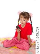 Девочка с телефоном на белом фоне. Стоковое фото, фотограф Олег Юрмашев / Фотобанк Лори