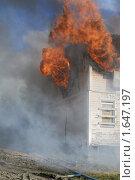 Огонь при пожаре, выбивающийся из окон дома. Стоковое фото, фотограф Евгений Волдаев / Фотобанк Лори