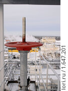 Задвижка на фоне нефтяного производства. Стоковое фото, фотограф Евгений Волдаев / Фотобанк Лори